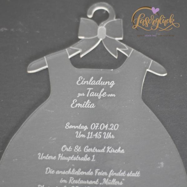 Elegant gekleidete Einladung